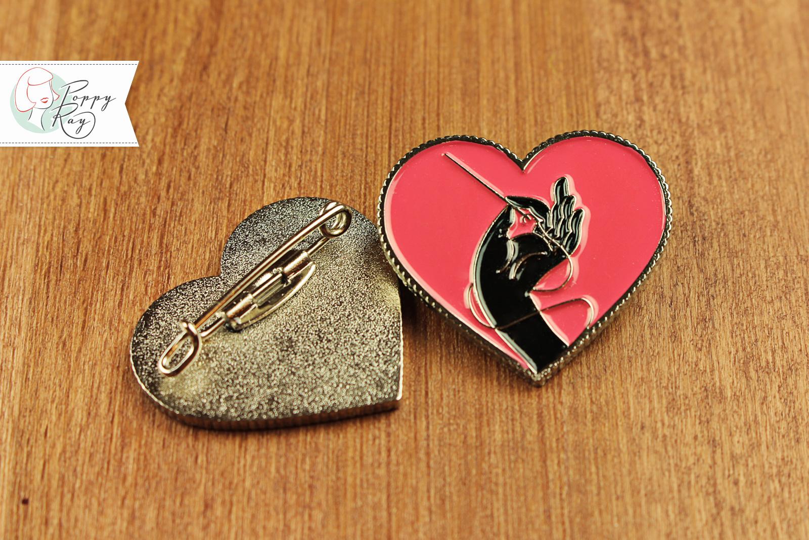 brosche hand und herz n hen emaille pin pink poppy ray. Black Bedroom Furniture Sets. Home Design Ideas